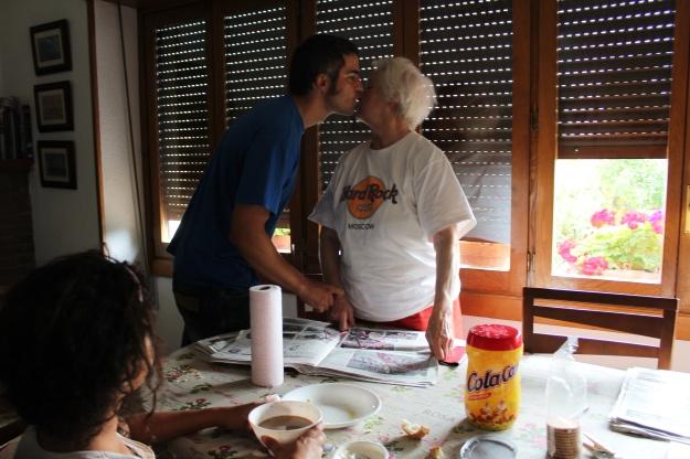 Mamá y Jabier dandose un beso coloquial, 2015