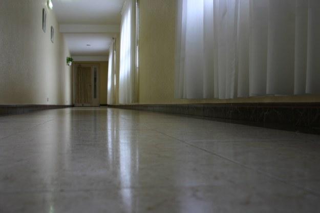 22004 pasillo-desde-el-suelo