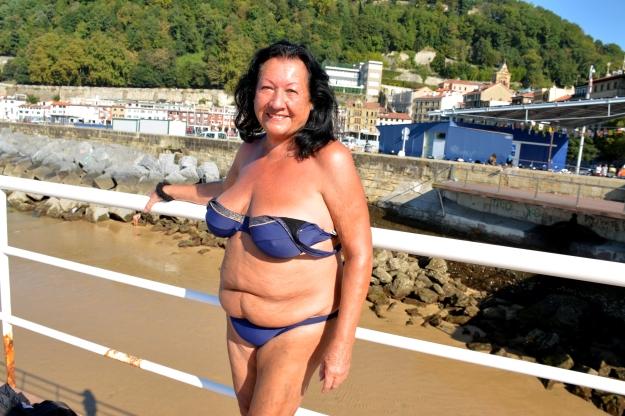 señora en el puerto1